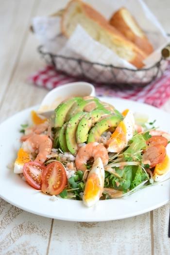 プリプリ海老とクリーミーなアボカドの組み合わせがとっても優しいサラダ。腸内環境を整えてくれると言われる、もち麦入りなので、食べ応えも満点です!