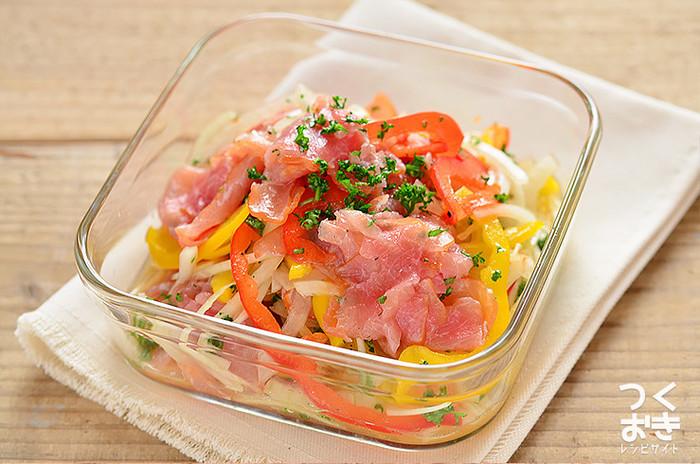 デパ地下で見かけるお洒落なサラダをご自宅で…。 赤、黄、白、ピンク…色鮮やかな素材に、食卓がパッと華やぎます。甘酸っぱいマリネ液が野菜に染み込み、食欲の無い時にもパクパク食べれちゃう美味しさです。