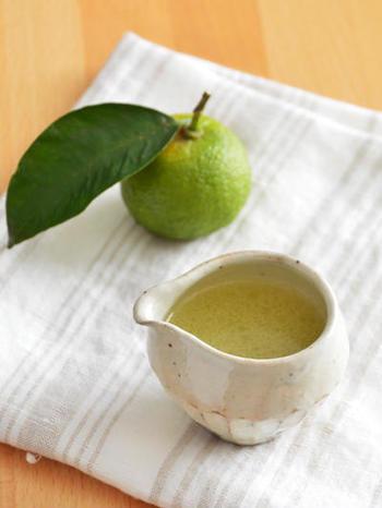 ゆずの香りがなんとも爽やかな、手作りドレッシング。材料は、ゆずの果汁、サラダ油、塩こしょうだけと、とってもシンプル。シンプルだからこそ、ゆずの香りや味わいをしっかりと感じることが出来ます。