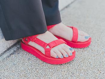 アッパーがレザー素材の『MIDFORM UNIVERSAL LEATHER(ミッドフォーム ユニバーサル レザー)』は今年登場した新モデル。カジュアル感を抑えた、より大人に似合う佇まいです。こちらもソールの高さは3cmあり、ローヒール感覚で休日おめかしコーデに合わせたいですね。靴底はラバーで滑りにくいのも安心。