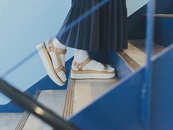 横から見ると、2トーンになったソールとアッパーのデザインバランスが絶妙な美しさ。 そして、柔軟性・弾力性に優れたEVA素材をミッドソールに使用しているので、履き心地はとっても快適です。もたつかず、軽快に歩く姿も大人の女性として意識したいですね。