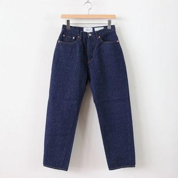 シンプルで長く着られる日常着をコンセプトに、2002年から洋服を作り続けているブランド「YAECA(ヤエカ)」。そんなYAECAで、定番モデルとして長く愛されているのがこちらのジーンズです。ワイドテーパードシルエットなので、タイトになり過ぎないのが特徴。