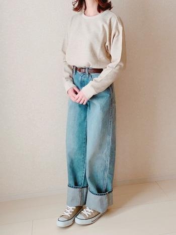 シンプルなトップスをゆるくタックインするのも、ワイドタイプのジーンズと相性抜群の着こなしです。ベルトでウエストをしっかりマークして、だらしなく見せないようにスタイリングしましょう。