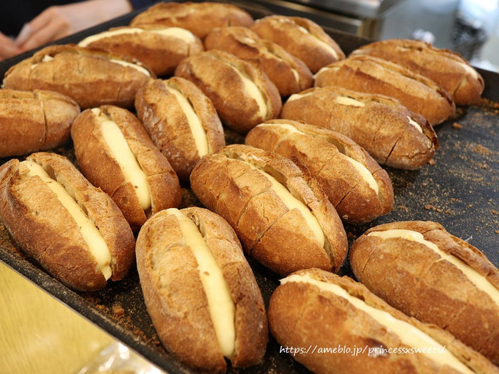 「馬場FLAT」のミルクフランスは北海道産の小麦を使ったバゲットで、大地を感じられる力強いお味。そのバゲットに負けない存在感を醸し出しているのが同じく北海道産の発酵バターと練乳で作られたミルククリームです。