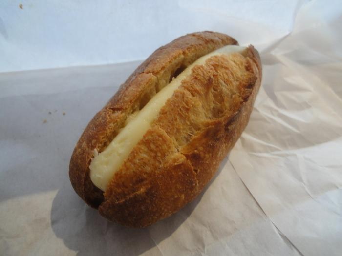 食べやすいように切り込みが入っておりお店の方のパンに対する愛情と優しさを感じられる一品になっています。