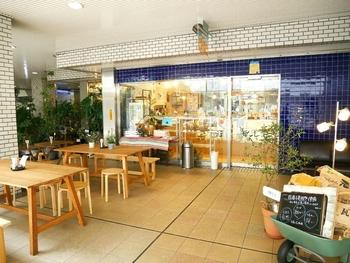 朝8時半からオープンしている高田馬場にある「馬場FLAT」。テラスでパンとコーヒーのモーニングを楽しめるのも嬉しいですね。