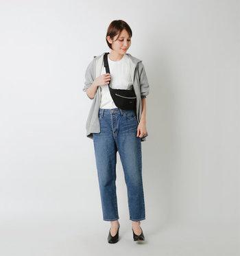 テーパードシルエットのジーンズに、白トップスとグレーのパーカーを合わせたベーシックなコーディネート。ゆとりを持たせつつスッキリ見せる種類のジーンズなので、カジュアルになり過ぎない着こなしに仕上がります。