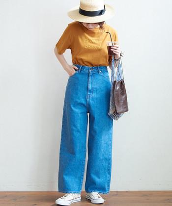 ワイドシルエットのジーンズは、すとんと落ちるストレートタイプや、裾に向かって広がるフレアタイプなど種類も様々。ハイウエストのデザインも多く、タックインもキマりやすいのが特徴です。