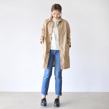 タイトシルエットのジーンズは、脚にピタッと沿うようなすりむなラインが特徴。スキニーやスリムジーンズなど種類も様々で、ワンピースなどのレイヤードアイテムとしても人気です。