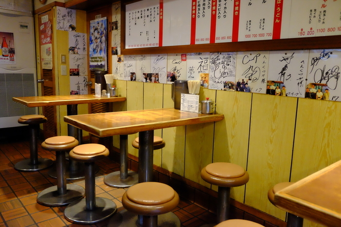 多くの野球ファンに愛されていることでも有名。お店は阪神タイガースを応援しているそうですが、もちろん分け隔てなく、野球ファンに親しまれています。店内には野球選手のサインもたくさんありますよ。