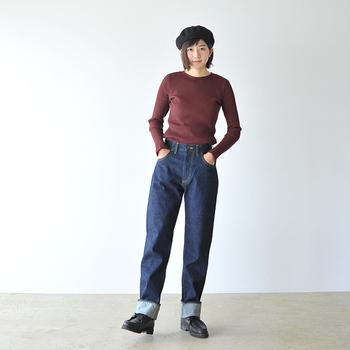 ストレートな種類の濃色デニムジーンズは、ちょっぴりメンズライクな着こなしに仕上がりやすいです。シンプルトップスをタックインして、太目にロールアップすることで、こなれ感のあるコーディネートに。