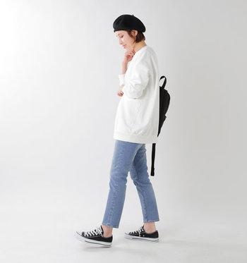 アンクル丈のスリムストレッチジーンズに、白のゆったりトップスを合わせたコーディネート。ヒップにかかるサイズ感のトップスは、スリムジーンズでメリハリのあるスタイリングにするとおしゃれ度がグッと上がります。