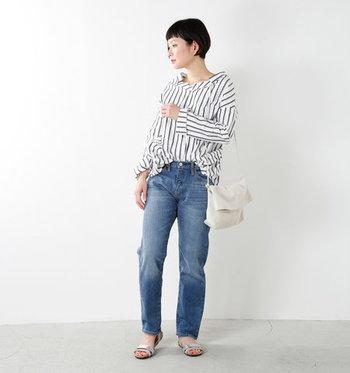 """まるで彼氏や男友達の服を借りて履いているかのように見えることから、""""ボーイフレンドデニム""""という名前が付いたジーンズ。程よいゆとりがあり、カジュアルやナチュラルなコーデに合わせやすい種類です。"""