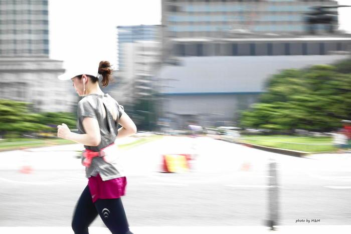 時にはいろんな場所を走ってみるのも気分転換になります。都内では、皇居や駒沢公園など、ランナーが集まる走りやすいスポットがいくつもあり、コインロッカーやシャワー施設がある場所も。周りに他のランナーがいると、やる気もアップ↗︎しますね。