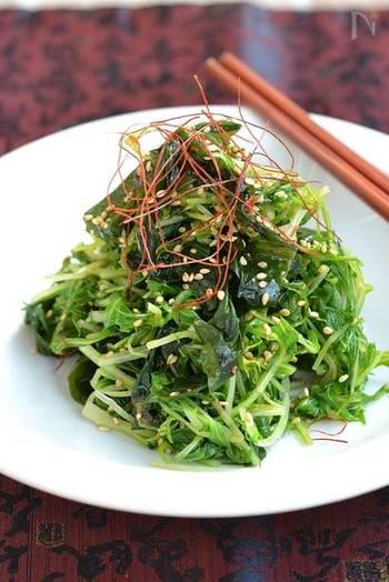 豆板醤がピリリと効いた、水菜とわかめのナムル。食物繊維たっぷりでダイエット中にもおすすめのレシピです。辛味が苦手な方は豆板醤を抜いて作るといいそうです。