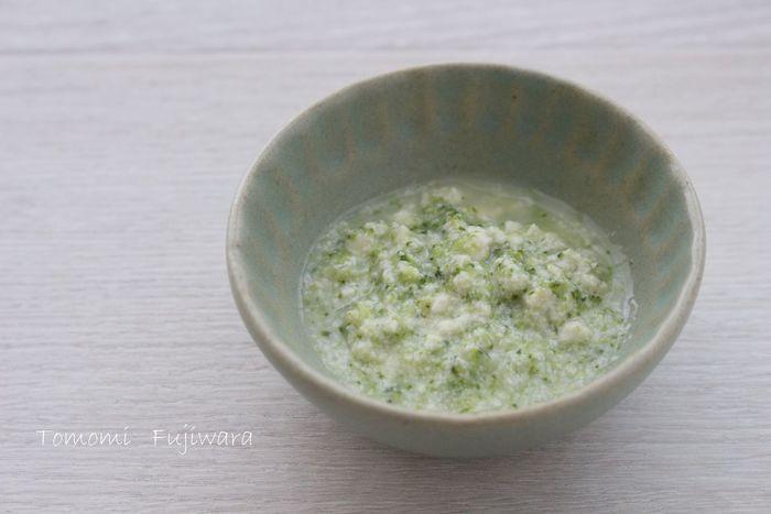 冷蔵庫や冷凍庫にあることの多い、ブロッコリー。ブロッコリーの花先はそぎ切りも簡単で、すり鉢でも潰しやすいです。豆腐と煮た優しい出汁の味は、赤ちゃんもぱくぱくと食べてくれますよ。