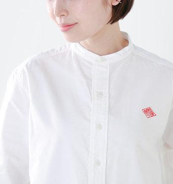 まずは「バンドカラー」がどんなものなのかご紹介。 バンドカラーとは、よく見かけるシャツのような三角の襟ではなく、帯(バンド)のようになった襟のこと。スタンドカラー(立ち襟)の一種になります。