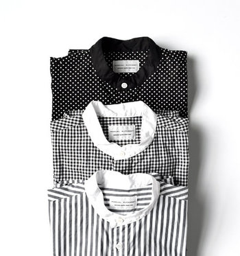 春になると出番が増えるシャツやブラウス。なかでもこの春注目なのが『バンドカラー』のシャツ。 今回は、そんなバンドカラーのシャツやブラウス、シャツワンピースの素敵な着こなしをご紹介していきます!春コーデの参考にしてみてくださいね。