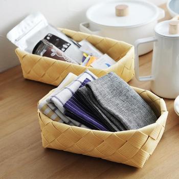 ランチョンマットやコースターなど、テーブル小物を収納するのも便利です。こちらは北欧伝統の白樺バスケットのような風合いですが、実は、樹脂(ポリプロピレン)を編んだもので気軽に洗えるのがメリット。