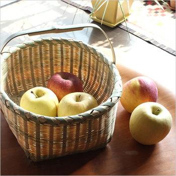 収穫かごのような、手提げつきの真竹わらびかご。真竹を細く裂いて編み上げた、素朴ながらも繊細な作り。通気性も高いので、旬の果物などを保存しておくのもいいですね。