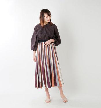 動くと色んな表情を見せてくれそうなマルチストライプのスカート。大人っぽい配色だから、オフィスカジュアルにも使えそう。