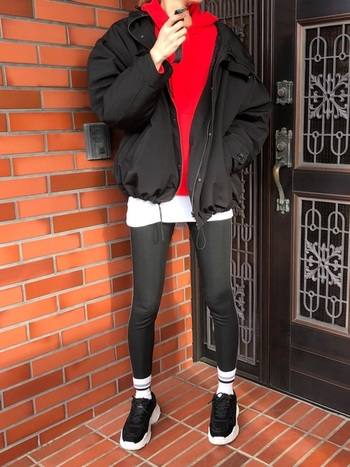 真っ赤なパーカーをスポーツコーデの差し色に。 ユニクロでは、Tシャツやカットソー、体型カバーができるチュニックなど、スポーツ用でも日常でも着られるデザインが豊富です。