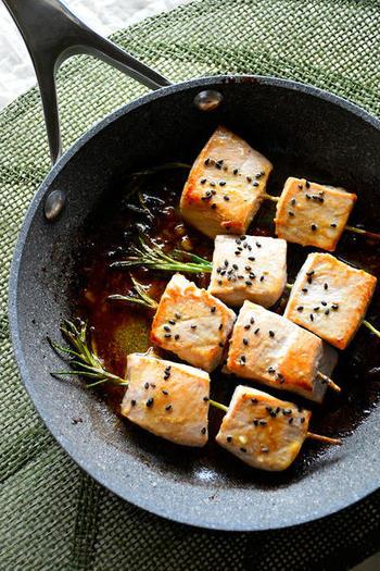柵(さく)を8つにカットし、フライパンで表面にこんがり焼き目をつけ、内部はレアに。ローズマリー風味のオシャレなひと皿。