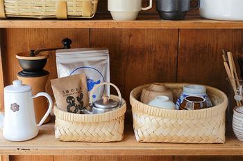 とにかく細かなものが散らかりがちなキッチン。ティーバッグやお茶菓子などをかごにまとめて収納すれば、すっきりしますね。青森ヒバのかごは、抗菌効果も期待でき、保存・保管におすすめ。