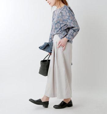 大人っぽさが漂うリバティ柄は、どんなシーンでも活躍しそうなレトロアイテム。パンツにもスカートにも似合う優秀デザインです。