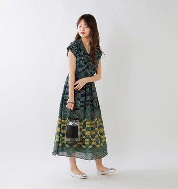 個性的なプリントながらも、女性らしいシルエットで着る人を選びません。柄物が苦手な方も着やすい落ち着いたトーンも魅力。