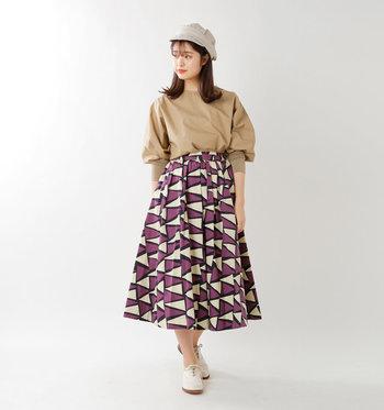 元気なプリントながらも、シックな色合いでまとめられているから大人っぽく着こなせるボリュームスカート。合わせるアイテムにもこだわって。