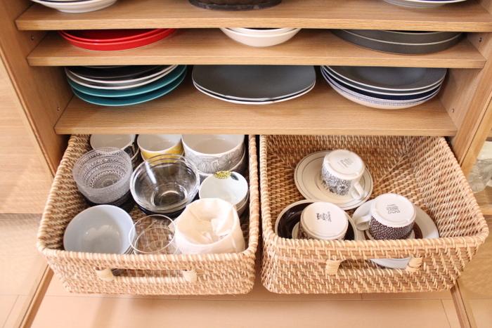 小鉢などの細かな食器をかごにまとめて収納するのもいいアイデアですね。木製の食器棚とも相性がよく、さっとかごを引き出して選ぶことができ、棚の奥まで手を入れて探す必要がありません。