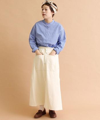 ブルー×ホワイトで作る爽やかなマリンスタイル。シャツをバンドカラーにしてきちんとボタンを留めることで、着崩しすぎない清潔感溢れるスタイリングに。