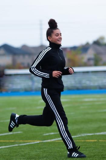 軽いジョギングなどの有酸素運動には、体内の糖質や脂肪を酸素とともに消費し、血糖値を下げる働きがあります。糖質は身体のタンパク質と結びつくとシワやたるみなどの老化を進める物質に変化してしまうので、代謝をきちんとコントロールすることは美容面でも大切です。また、姿勢を意識したウォーキングを続けるだけでもインナーマッスルが鍛えられ、基礎代謝が活発な身体づくりに繋がります。