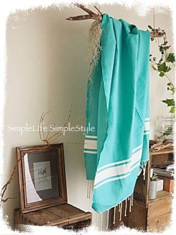 大判のクロスやショールを、流木にさらっと掛けてディスプレイ。  季節や気分で布を掛け替えるだけで、簡単にお部屋の模様替えが楽しめます。