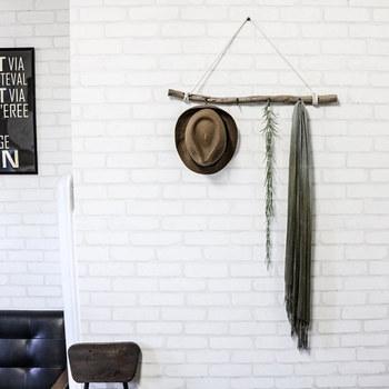 流木は麻ひもを巻きつけて吊るすだけでも素敵ですが、フックを付ければ収納としても使い勝手が良くなりますよ。  大きな流木なら服やバッグを掛けられ、小さな流木ならアクセサリーや小物の整理に最適です。