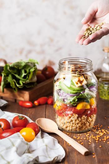 健康な身体を支え維持しているのは、なんといっても毎日の食事です。特に、肌細胞を活性化させ、ターンオーバーを正常な状態に保つためのビタミン類は、美肌のためにもきちんと摂取したい栄養素。また、腸内環境を整えてくれる発酵食品もインナーケアの強い味方です。
