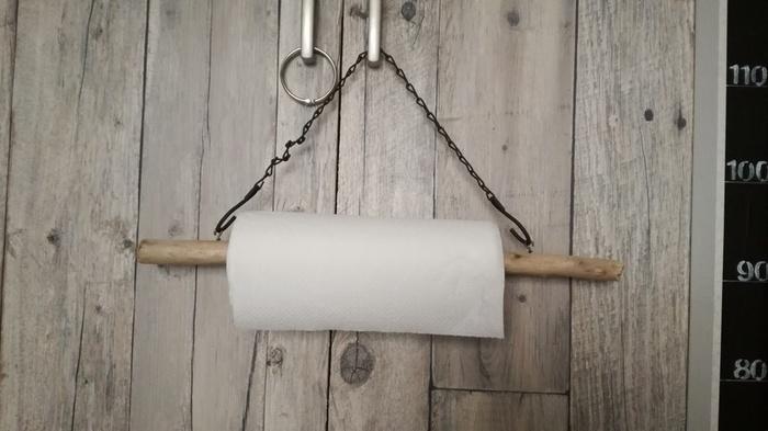 キッチンペーパーホルダーにするアイデアも素敵です。 チェーンや紐を引っ掛けられるよう、小さなフックを取り付けるだけで簡単に作れますよ。