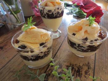 こちらの豆乳アイスは、豆乳に卵やラム酒などを加えて作る本格派。ティラミス風のチーズクリームムースとコーヒーゼリーを重ね、豆乳アイスをトッピングすれば完成です。