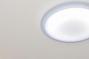 日本では昔からお部屋を均一に明るくすることができる平らなシーリングライトが好まれてきました。高い位置から広範囲を照らすことができ、コンパクトに天井に張り付いているので圧迫感もありません。リビングや子供部屋などによく使われます。