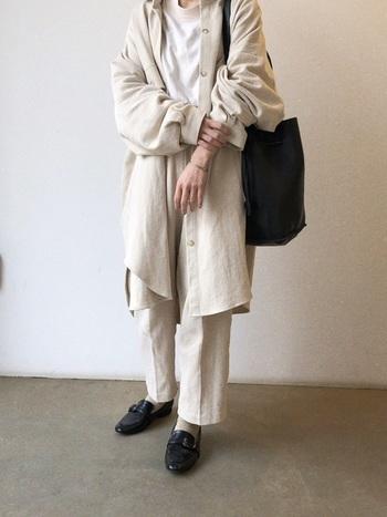 ワントーンコーデには、シックなローファーが映える!バッグの色との統一感もポイントです。