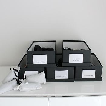 シーズンオフなどでしばらく使わない靴を収納する時は、靴箱の中に消臭剤を入れておくと良いでしょう。湿気やカビに効果があるものなら、長期間使わない場合でも安心です。