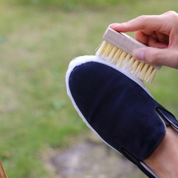 靴を干す時にサッとホコリを落としておくと、靴の雑菌繁殖も押さえられる上に、下駄箱にホコリや砂が落ちることも防げます。