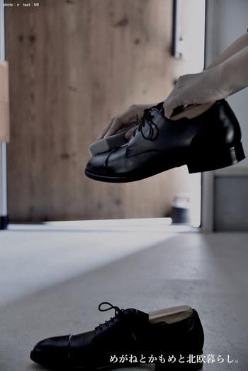 革靴は専用のクリーナーでお手入れをし、雑菌の元となる汚れを落としておきましょう。また、普段から陰干しをして乾かすことも忘れずに。