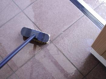 水を使ってたたきをキレイにすると、ほうきなどでは取り切れない汚れも落ちて、ピカピカの玄関に!汚れがなくなると自然と嫌なニオイも防ぐことができます。最後はドアを開けて完全に乾燥させましょう。