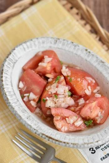 材料を切って調味料と和えるだけの美味しいイタリンサラダ♪ 冷蔵保存ができるので、多めに作っておくといいですね。 レシピではドレッシングも作っていますが、市販のものを使えばもっと簡単です。
