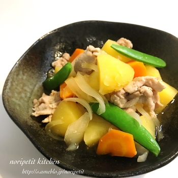 """煮物の定番""""肉じゃが""""を、レンジで簡単に作ってしまいましょう。 材料を切ったら白だしと一緒にチン♪するだけ。 野菜もお肉もとれてバランスも良いですね。"""