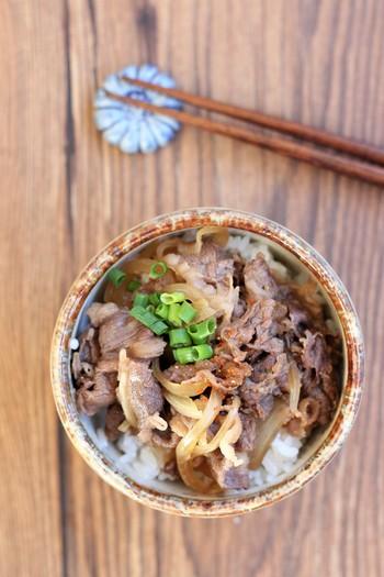 時間がないときは丼ものが良いですよね。食べやすくて洗い物も少ない! レンジで作れる牛丼なんて、文句なしの時短レシピですよね。