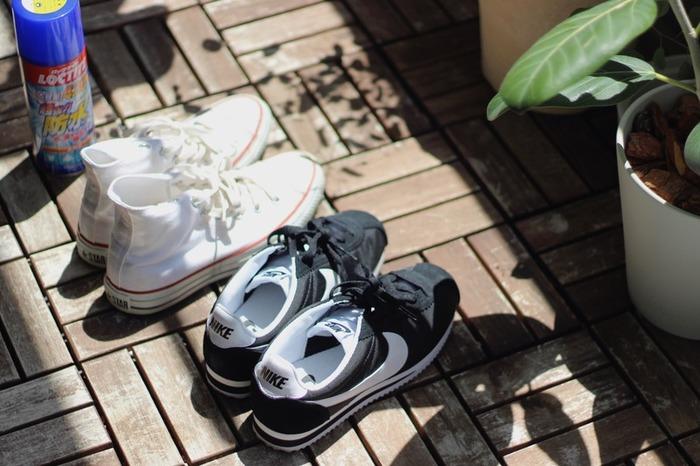 スニーカーなどは手入れした後、防水スプレーを振っておくのがおすすめです。防水スプレーをしておくと雨などがしみ込みにくくなる上に汚れも付きにくくなります。結果、ニオイの原因を防ぐことに繋がりますね。