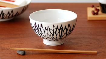 北欧のテキスタイルデザインが素敵なお茶碗は、二つずつセットにしたり、あえてバラバラの柄を揃えても統一感が損なわれません。